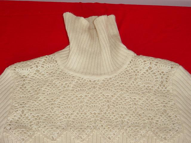 看看我织的仿机织领白色兔羊毛3股.共用9两多.很厚实,估计应该很暖和.胸前钩的菠萝花.其余是双上双下.