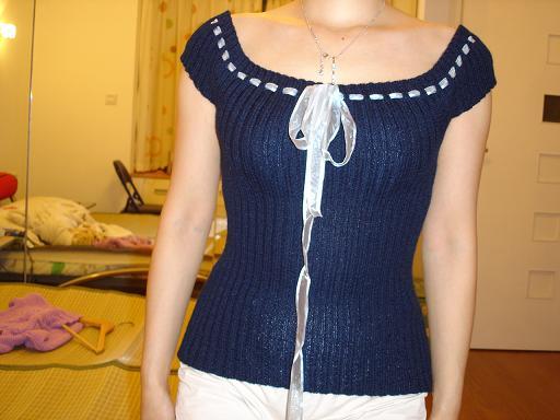 我照着网上的式样织的,装上丝带后漂亮很多。我很喜欢的一件衣衣