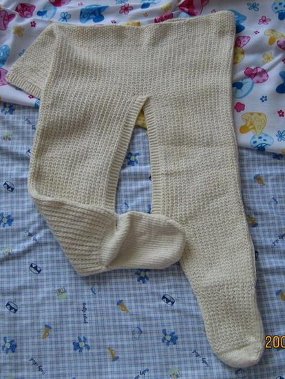 有衣服自然有裤子了,同样的纯棉纱,宝宝连袜开裆裤,我织的,同样的有两条哦
