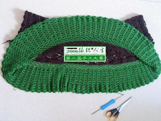把长方形对折缝合,用绿色绿钩边