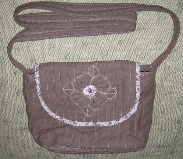 第一个斜挎包包,同学见了很喜欢,准备送给她