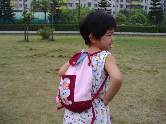 女儿背起来的样子