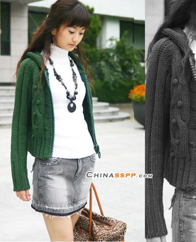 深绿色拉链毛衣色泽浓郁,与牛仔短裙相配更有亮丽味道,长长的抢眼项链也增色不少