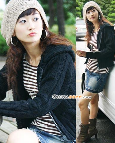 黑色毛衣与经典的条纹衫相配速写出青春的姿态,灰色戏针织帽素雅而清淡,勾勒出曼妙形象