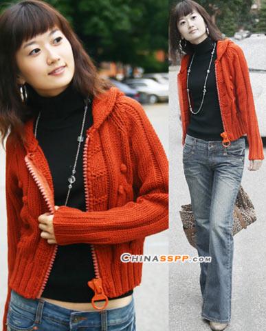 橙红色的曼妙,在金色的秋天享受烂漫的季节,牛仔裤的休闲与项链的别致将美丽升到细微之处