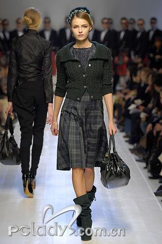 Moschino一件小小的针织外套,软化了格子方正规矩的视觉感受