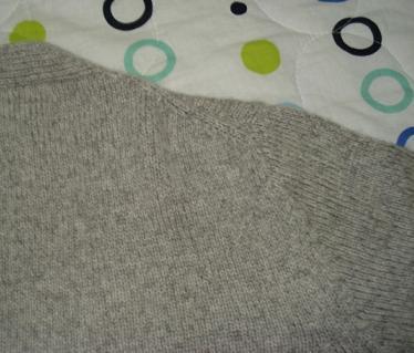 浅灰色观音领羊绒开衫 斜肩