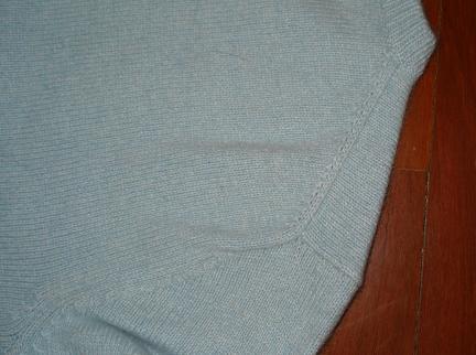 浅蓝色圆领羊绒套头衫 斜肩