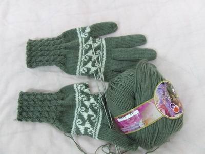 进行中手套,浅绿的底色,嵌白色的花纹!(上了一些图案,男式女式用都有)