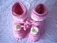 这是一双刚织好的小鞋,送给小宝宝的礼物
