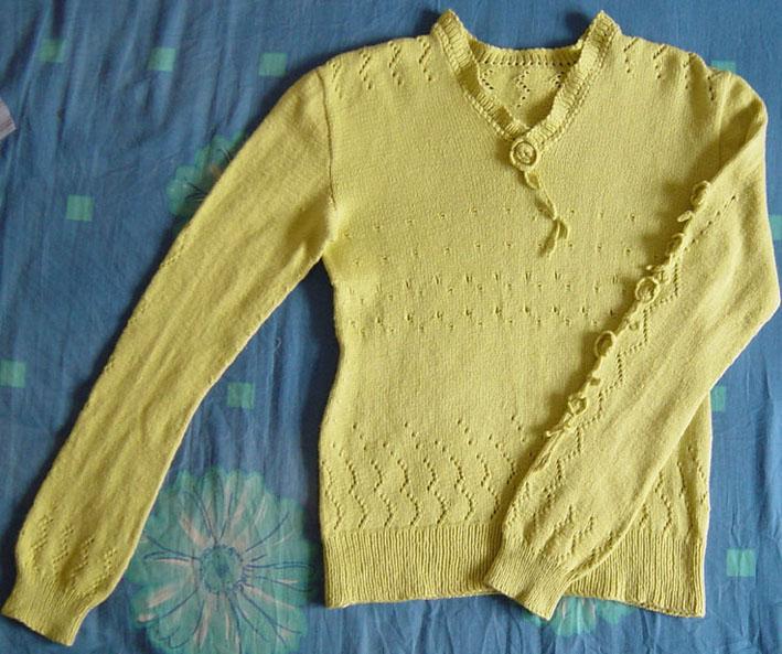 这是刚织完的,用的是猫妈家的兔羊绒,两只袖子图案不对衬了,就在一只袖子上加了些钩出来的花