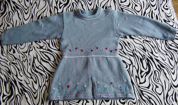 这件是用被老公遗弃的毛衣拆洗后织的,绣了点小花做点缀
