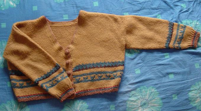 这是大学时给自己织的短款毛衣,穿不了了,给女儿了,不过还要再等1、2年才能穿吧