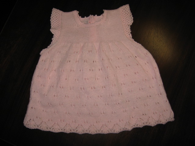刚织完的小裙子,没烫好就急急地拿上来现宝啦