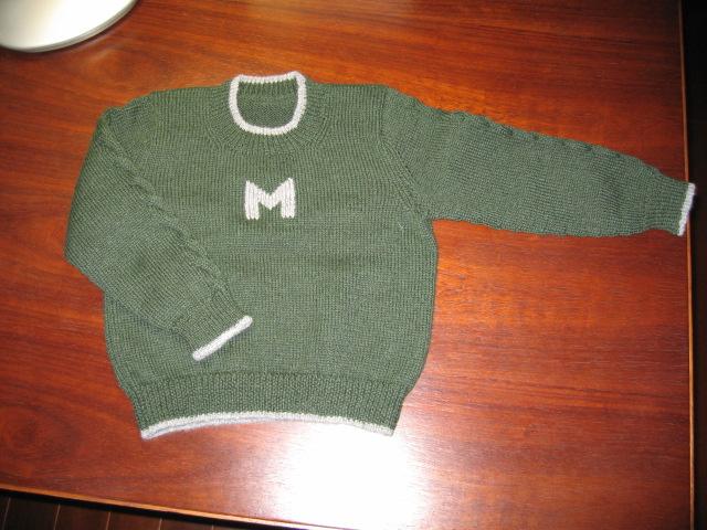 袖子上织一条绞花,其余都是平针,很方便,只在胸前绣了个M,小小男子汉