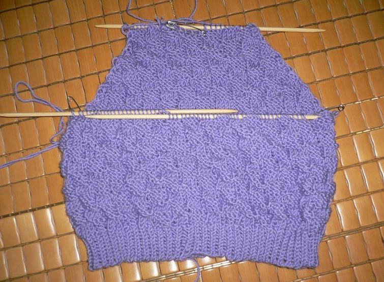 外婆正在进行中的毛衣,是紫色