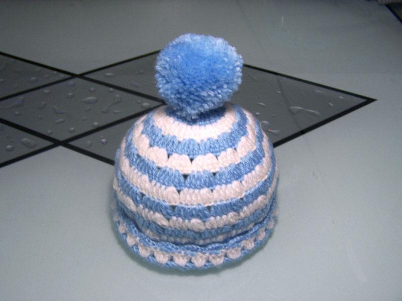 一直觉得钩帽子应该比较简单,可没想到真正动手了才知道看似简单的作品也是很考验功力的,我就因为加针针数