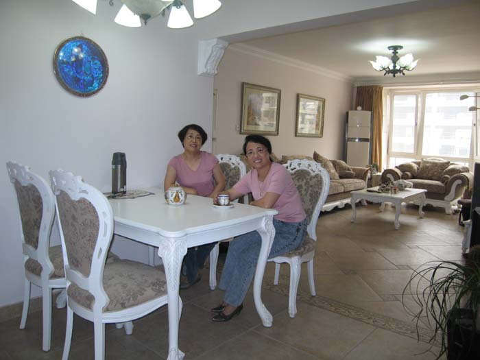 酷爱编织的两姐妹,哪个是冰?哪个是兰?呵呵!