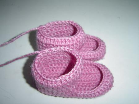 未成品的双鞋,为了方便钩织,采取了先钩底和上面的那部分,其余部分用另色的线子做衬托.