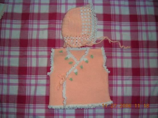 在书里看到的,挺喜欢的,坎肩是织的钩的花和边,帽帽是钩的一起穿很好看的,只用了二两宝宝绒