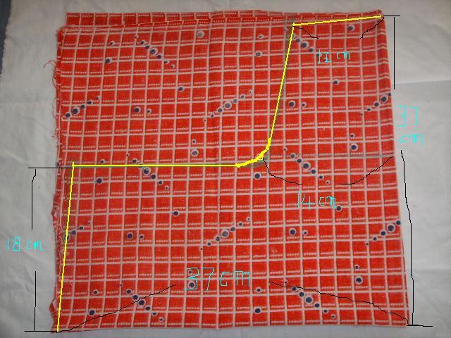 1.这个布长:80CM,宽82CM  先竖着对折再上下对折,按图上的尺寸画下来