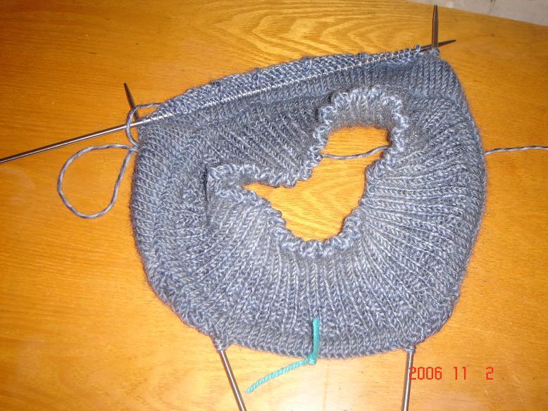 先把肩和后幅挑起来,前幅两针两针的挑,织一排挑两针,最后八针一起挑,然后就可以换环形针一起织了