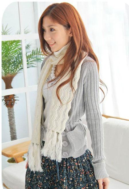 喜欢的灰色棒织外套跟白色针织围巾.jpg