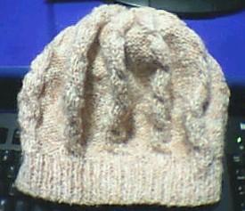 仿狸狸的帽子,因为用的是8号针起了92针,有色差,和围巾是同一种线