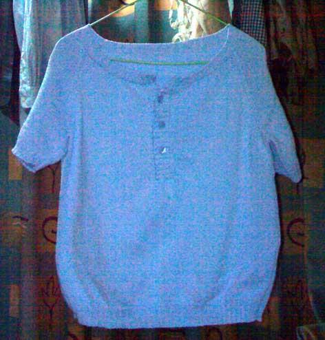 淡蓝色短袖衫
