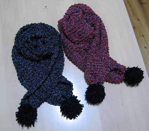 原创::两条绒球围巾,好朋友合影,马上就要分别了,留个纪念吧