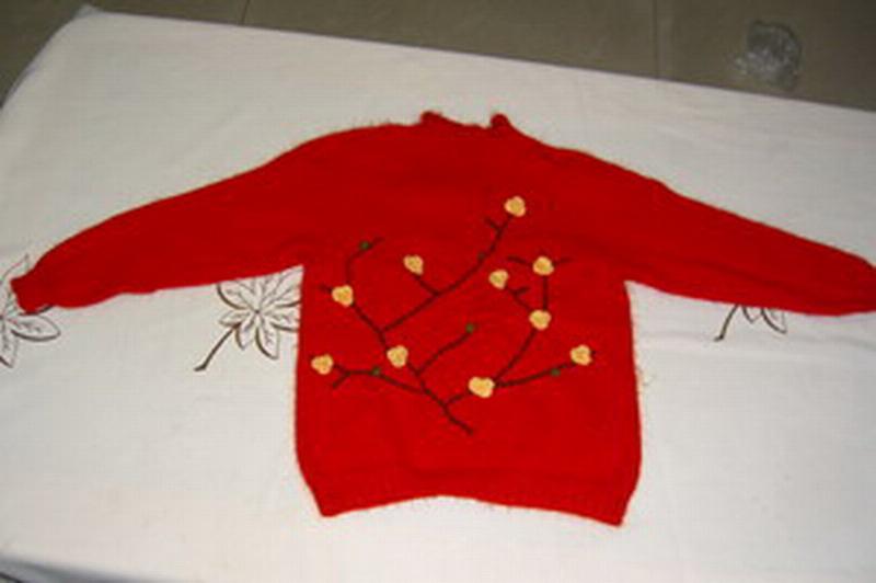 给女儿织的兔毛衣服,花是自己绣的,请多指教
