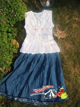 白色的背心搭配兰色的裙典雅大方