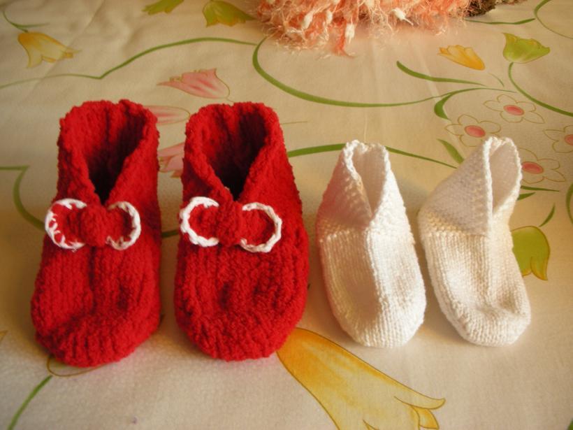两双给小孩子准备的可爱袜子