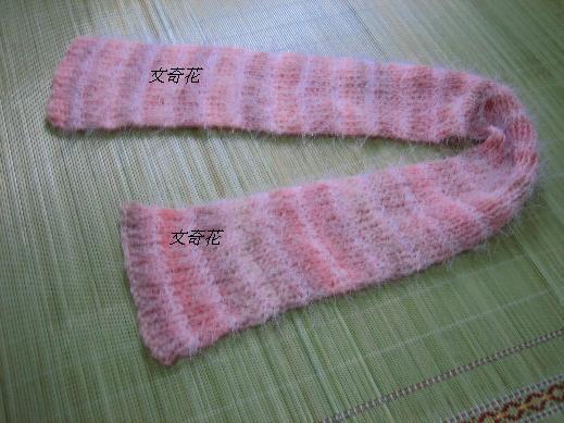 剩下少许粉红段染毛线, 混著其它毛线 只够织这个长度