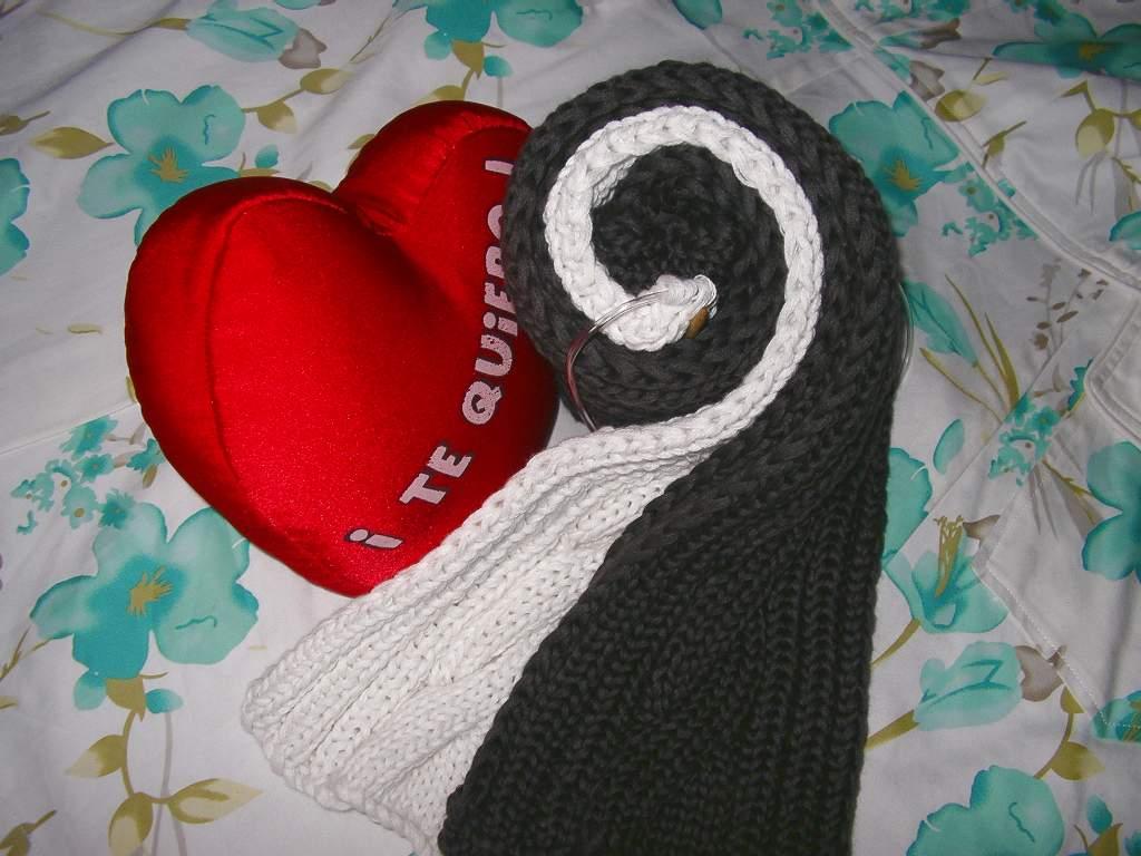 是用80%棉,20%山羊绒的线线合30股织成的,她和男朋友的哦,衷心祝福她们爱情甜蜜~~!