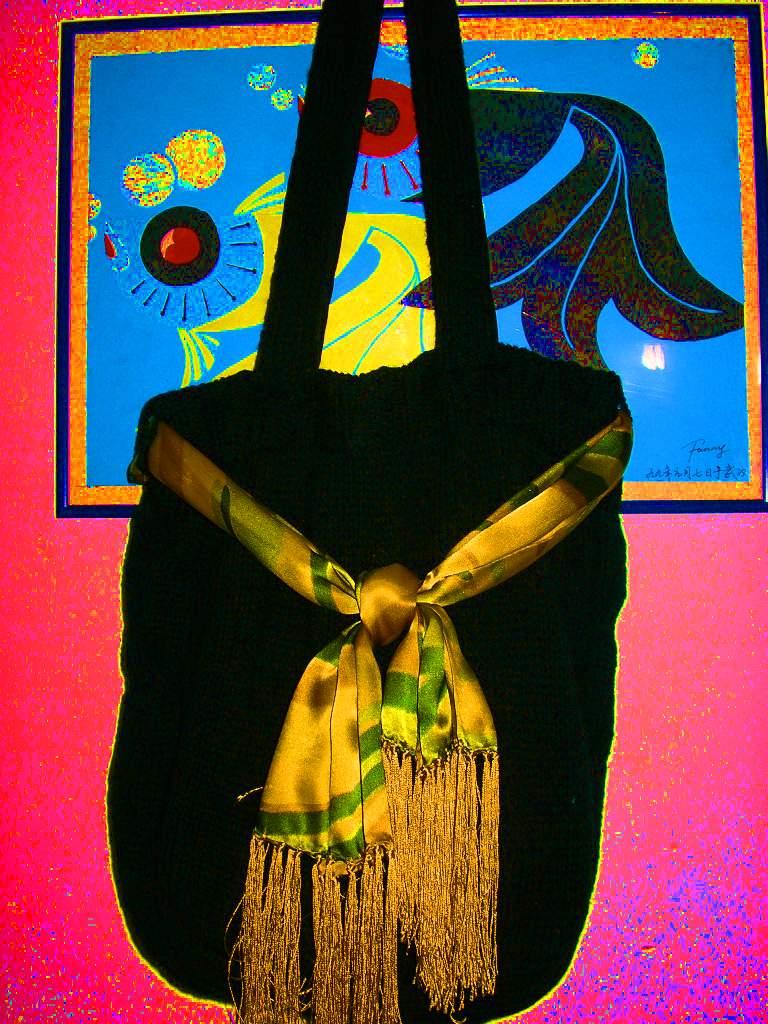 是用黑色的羊仔毛3股织的包包哦,侧边是扭的麻花,一共用了3两半线线,加上了一条丝巾,很时尚啊!