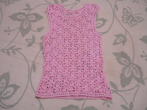 1、在这边买的棉纱线,给女儿织的一件小背心,有点拉长,显得有点窄