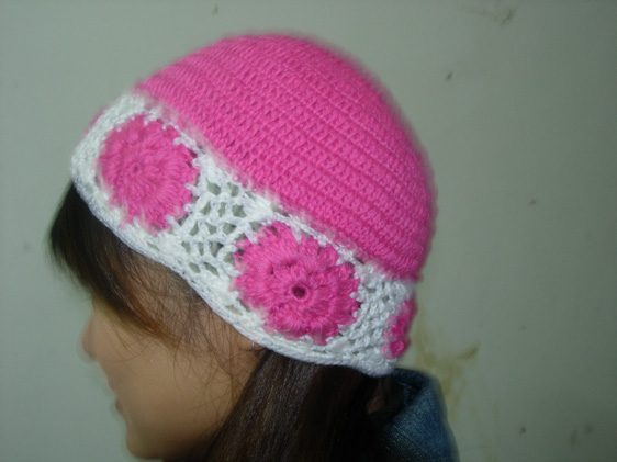 我在商场看到了一款漂亮的帽子,但是一套要将近200元,我不舍得买,于是自己只花了几元钱买了棉线钩了一套