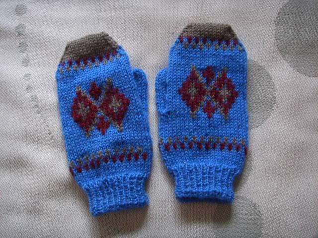 用剩线织的小孩手套