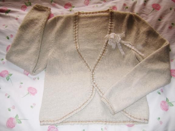 给我表妹织的小外套,拍的不好看,穿在身上效果不错,我表妹很喜欢的,金丝线还是阿花MM特意给我寄来的