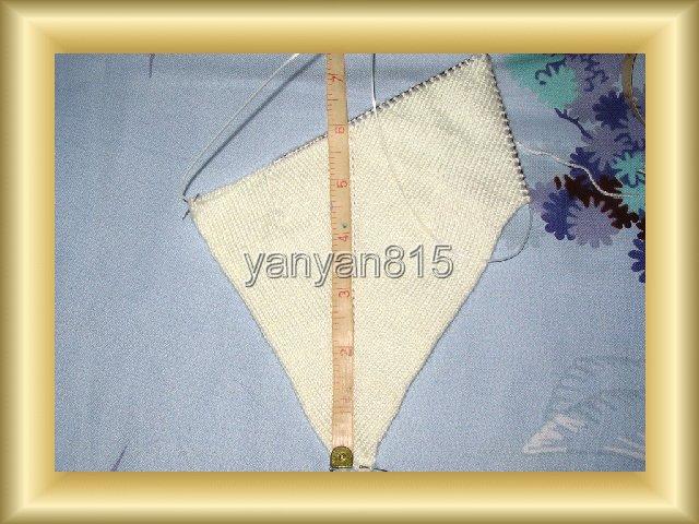 先织一个耳朵:每织到一头就放下一针,再返回织。最后只剩一针,这样就织出一个三角,在