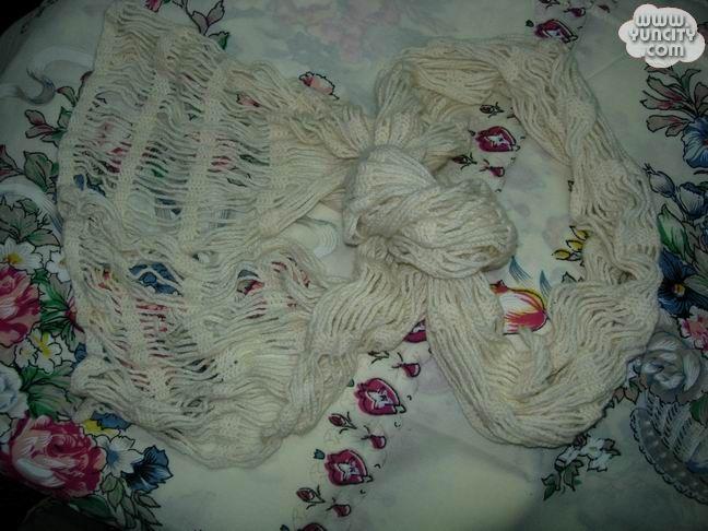 白色钩织的围巾