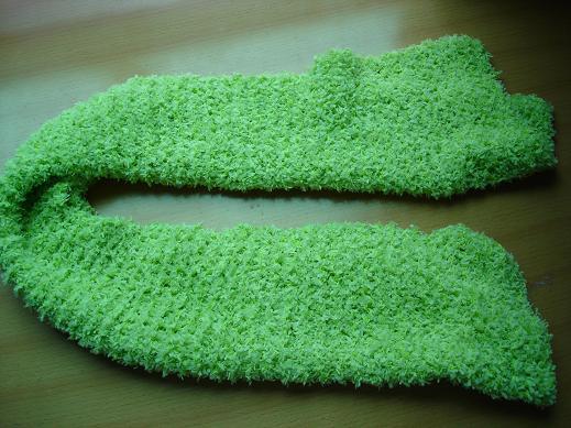 浅绿色的围巾,这条织宽了,短了