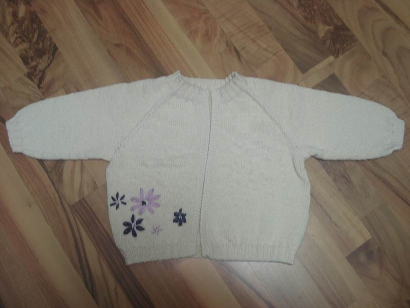 刚刚完工的本人平生第一件从领子往下织的毛衣:)