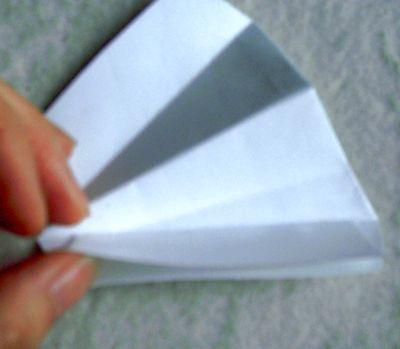 5、如图,在斜着折的地方沾上双面胶。因为是双层的要用胶水把里先沾上
