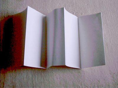1、先将挂历纸裁成18cm宽,长根据层数多少而定,8cm一折,折数次。如图: