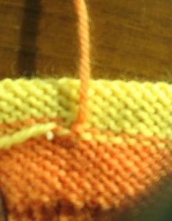 两根线都穿好的样子,再把多余的线,沿针脚的方向,多穿几针,以防脱掉