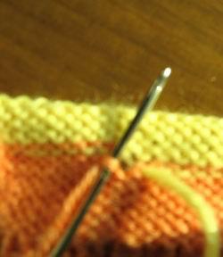 将右边的线,穿过左边线的针脚内