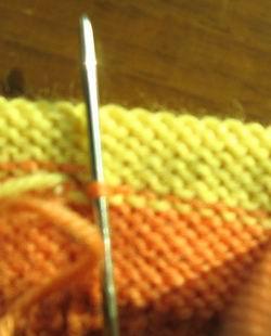 将左边的线,穿过右边的针脚
