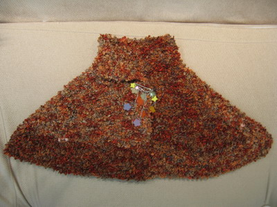 """用开心果家的圈圈线织的披肩,线线有些色差,正好算作不对称式吧。老公说""""你把地毯披在身上干嘛"""",吐血中"""